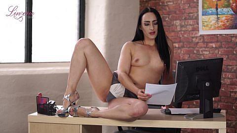 chloe-lovette-exploring-her-inbox-110